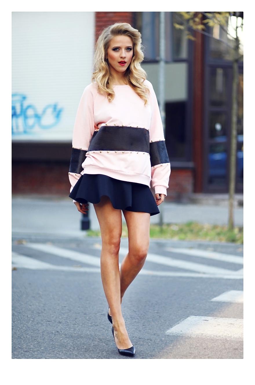 Jessica Mercedes Kirschner pastelowe kolory i pudrowo-różowa bluza