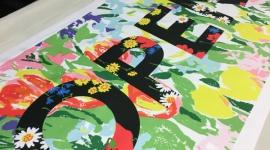 Projektant mody otwiera studio druku cyfrowego Moda, LIFESTYLE - Projektant Richard Quinn uruchomił ogólnodostępne studio do drukowania na tekstyliach. W studio połączono cyfrowe technologie sublimacyjne od Epson z tradycyjnymi technologiami sitodruku.