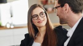 Okulary wpływają na to, jak widzą nas w pracy! To badania, nie stereotypy