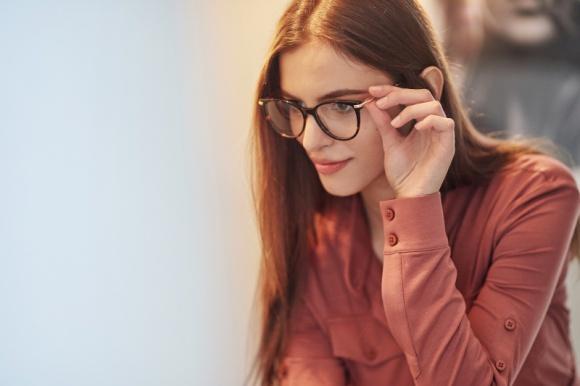 Okulary na Dzień Kobiet. Jakie kolory i kształty najchętniej wybierają Polki?