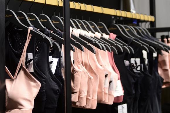 Franczyzowy butik odzieżowy, czyli biznes idealny dla kobiet! Moda, LIFESTYLE - Praca to jedna z integralnych części naszego życia. Wspólnie z ekspertem Michałem Brzemińskim, dyrektorem sprzedaży Sugarfree i Cardio Bunny przedstawiamy zalety biznesu opartego na zasadach franczyzowych. Sprawdź – może to propozycja właśnie dla Ciebie?
