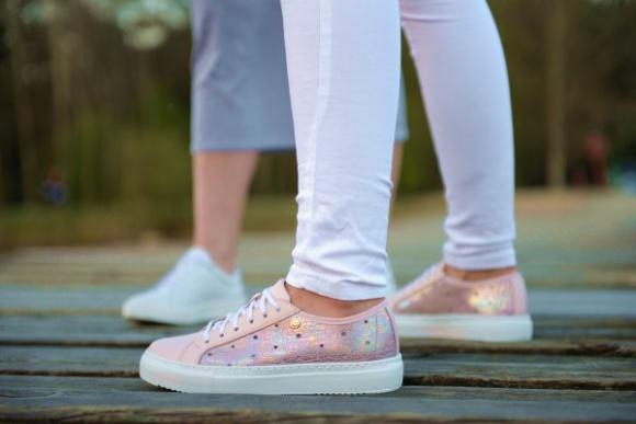 Błysk i sportowa wygoda Moda, LIFESTYLE - W tym sezonie kobiety zamienią obcasy na płaskie podeszwy. Na ulicach królować będą wygodne buty z naturalnych materiałów. Elegancji dodadzą im połyskujące kolory – złoto, srebro, czerń lub klasyczna biel.