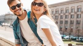 Trend na lata – skuteczna i stylowa ochrona przed słońcem Moda, LIFESTYLE - Rosnące oczekiwania konsumentów względem branży modowej sprawiają, że walory estetyczne biorą często górę nad funkcjonalnością czy specyfikacją okularów. Postrzeganie okularów przeciwsłonecznych tylko jako modnego dodatku może mieć negatywne skutki dla zdrowia naszych oczu.