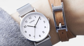 Ponadczasowa klasyka – zegarki, które sprawdzą się w niemal każdej stylizacji Moda, LIFESTYLE - Moda bywa dynamiczna i kapryśna – każdy kolejny sezon przynosi coraz to nowsze trendy. Coś staje się hitem sezonu, by wkrótce stać się passe, a potem znów wrócić do łask.