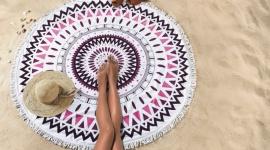 Stylowe plażowanie – modowe hity i praktyczne rozwiązania. Moda, LIFESTYLE - Sezon plażowy w pełni, ale wiele z nas dopiero szykuje się do urlopu. Jak prezentować się stylowo na plaży, nie rezygnując przy tym z komfortu?