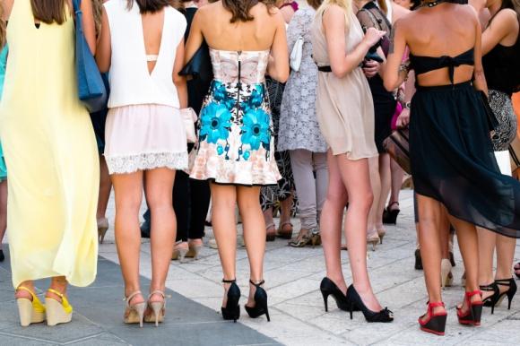 Suknia czy kombinezon – hity mody weselnej