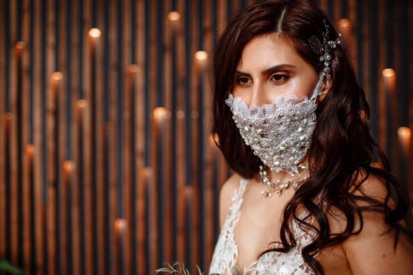 Ślub w czasach pandemii koronawirusa. Jak będzie wyglądał? Moda, LIFESTYLE - Pierwsza maseczka ślubna w Polsce zaprojektowana przez Karolinę Seeger - projektantkę mody ślubnej z Wrocławia.