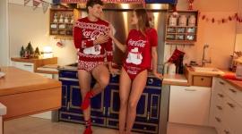 Święta w domowym klimacie. Poznaj limitowaną kolekcję Coca-Cola i Tezenis Moda, LIFESTYLE - Coca-Cola połączyła swoją kreatywność z włoską marką Tezenis. W efekcie powstała świąteczna kolekcja bielizny nocnej i piżam, doskonała na zimowe wieczory. Każde ubranie nawiązuje do kampanii świątecznych Coca-Cola, które towarzyszą nam już od 100 lat!